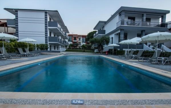 Apphotel Akritas Pefkohori Halkidiki Grčka letovanje leto 2019 bazen ležaljke suncobran