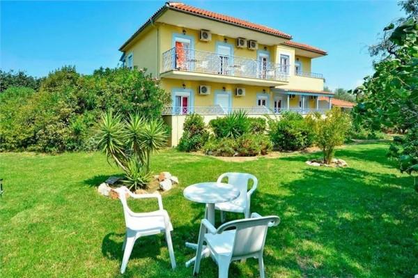 Hotel Apartmani Princess House more letovanje grčka ostrva skijatos dvorište